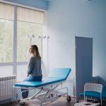 pacjentka w gabinecie oczekująca na zabieg wszywki alkoholowej